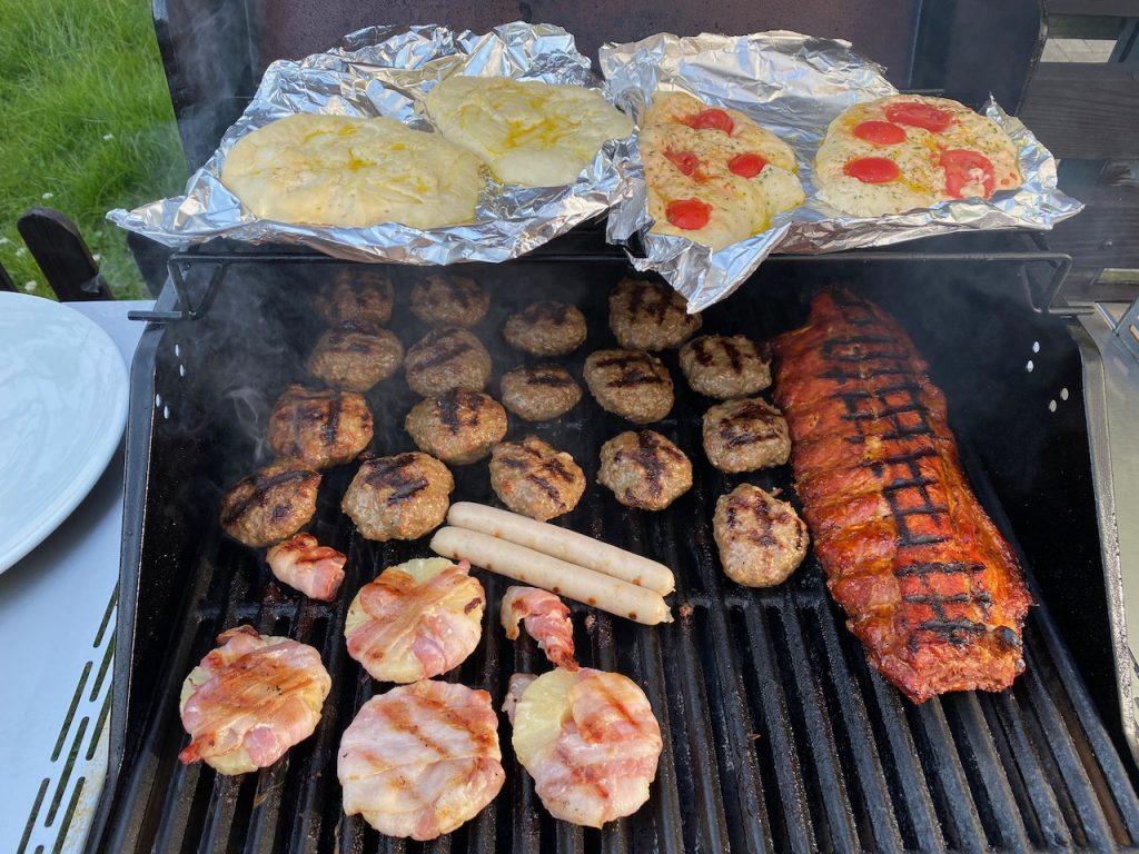 BBQ - Grill mit Spare Ribs Ananas in Speck Köfte und selbst gemachtem Brot - Videoleben - Rezeptfamilie