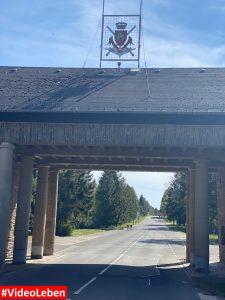Einfahrt Nahaufnahme - ehemalige NS-Ordensburg Vogelsang im Nationalpark Eifel - Videoleben