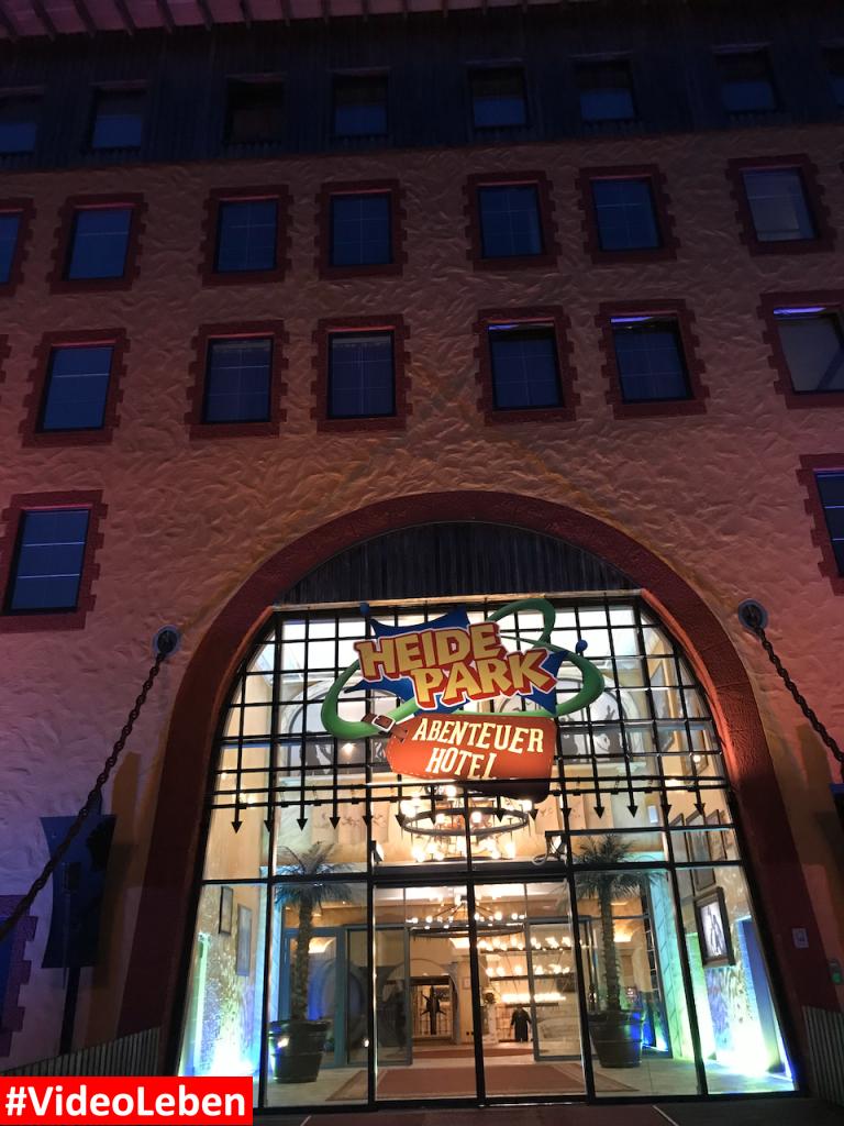 Eingang Abenteuerhotel am Abend - Heide-Park Resort Soltau #Videoleben